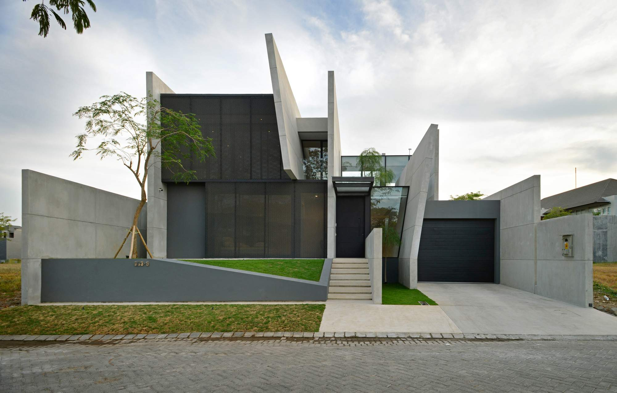 Резиденция с параллельными бетонными стенами в Индонезии