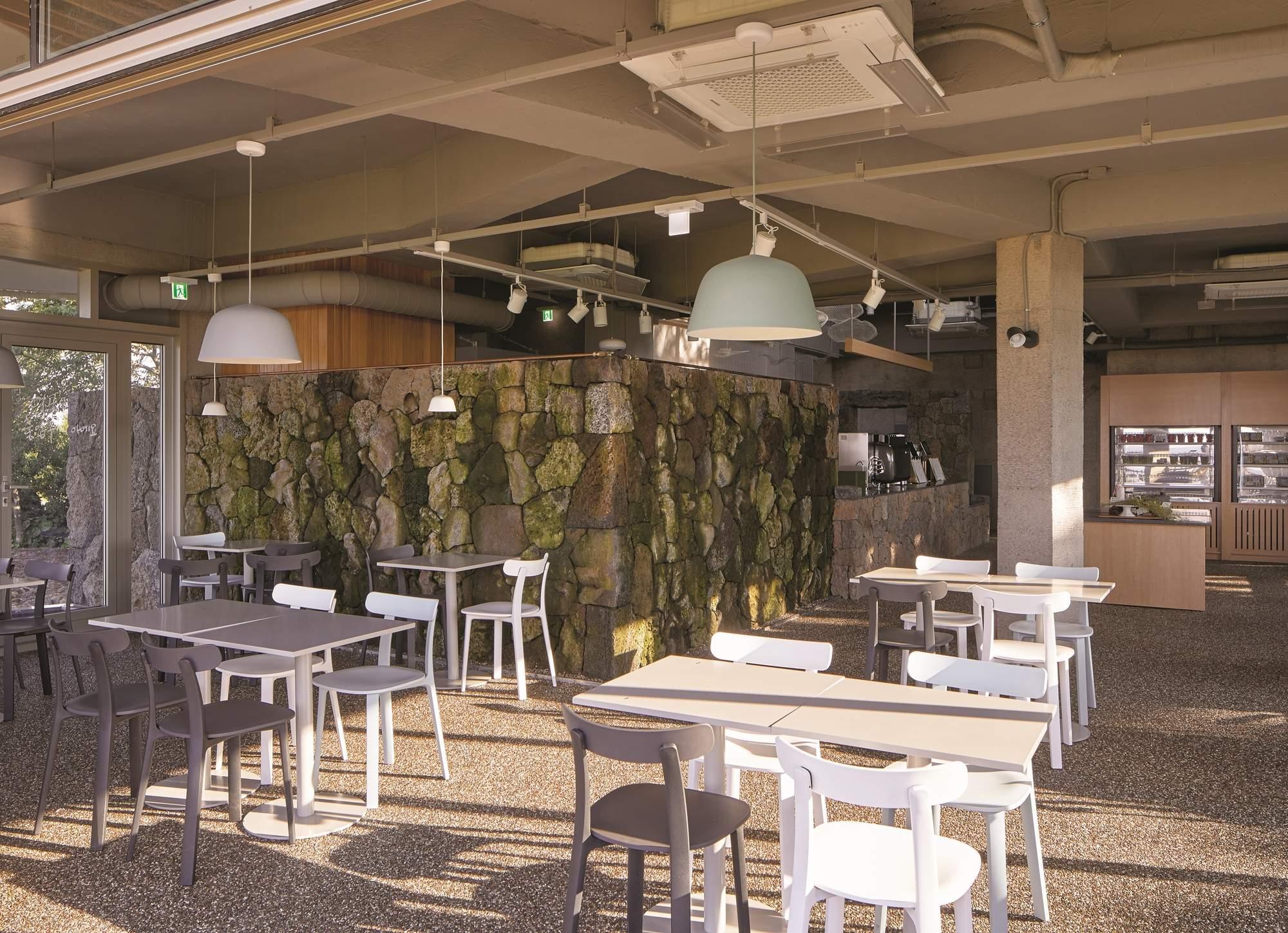 Уютное кафе в природном парке на острове Чеджоу, Южная Корея