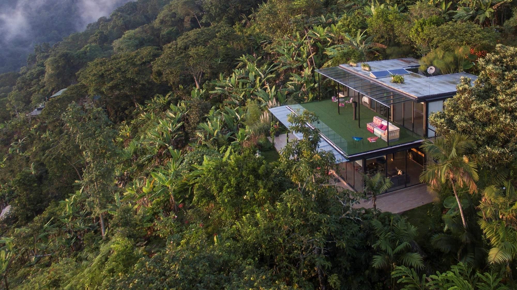 Вилла со стеклянными стенами в горах Колумбии