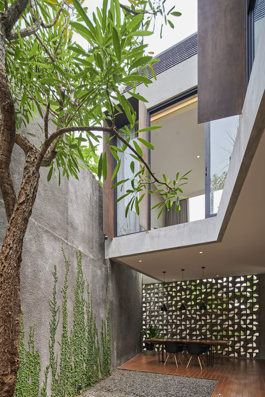 Современный дом с ярким дизайнерским фасадом, Индонезия