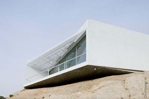 Современный одноэтажный дом необычной формы