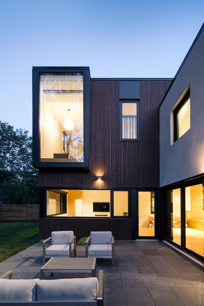Современный яркий дом на месте обычного строения