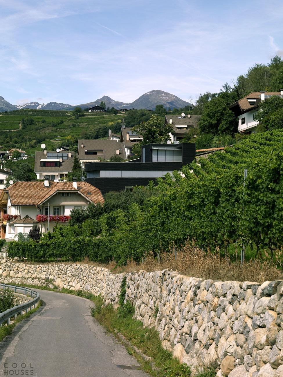 Красивый современный дом на крутом склоне