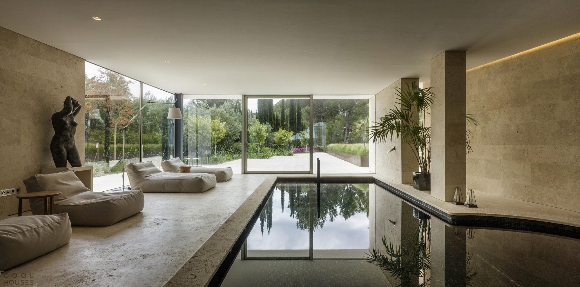 Великолепный частный дом из бежевого камня в Испании