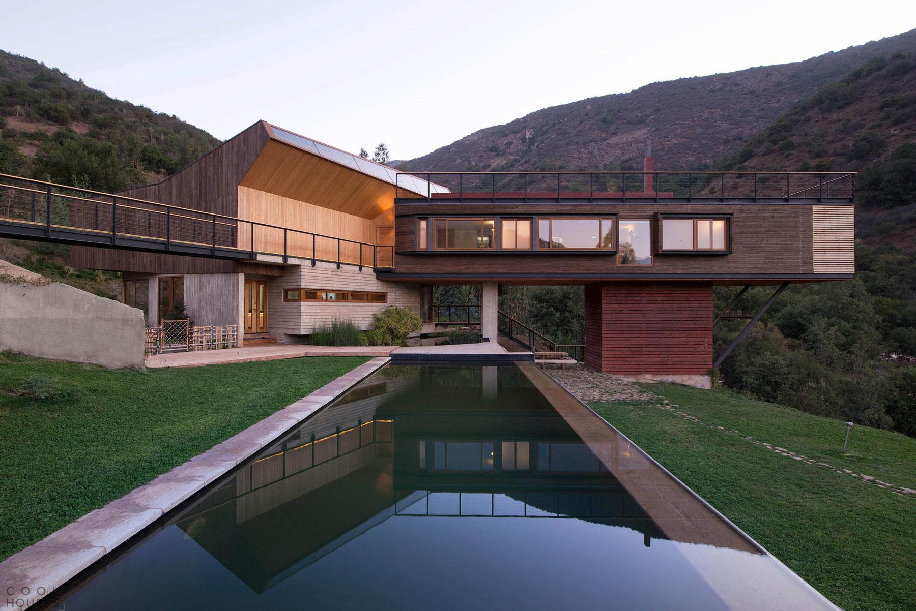 Частный загородный дом у подножия горы в Чили