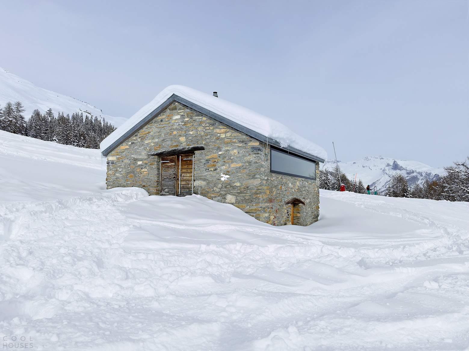 Каменный домик для отдыха в швейцарских Альпах