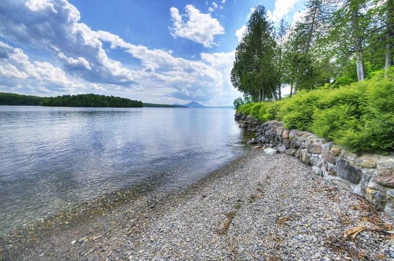 Шикарный особняк на берегу озера в Канаде