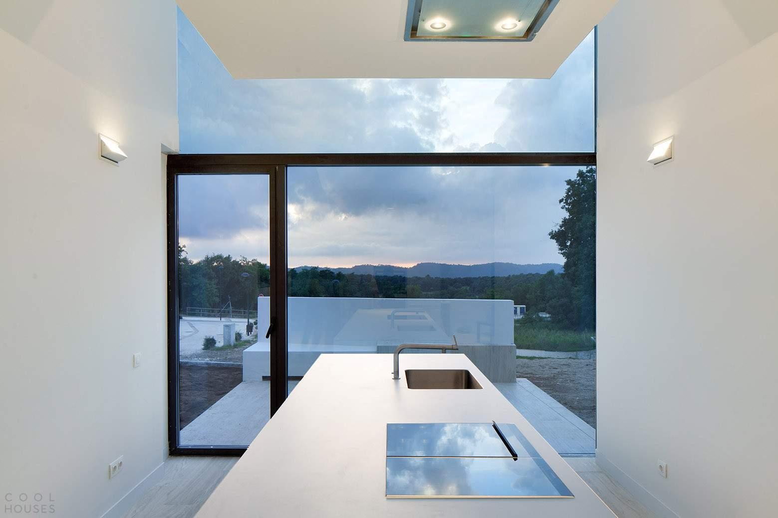 Современный особняк с необычной архитектурой формой в Испании