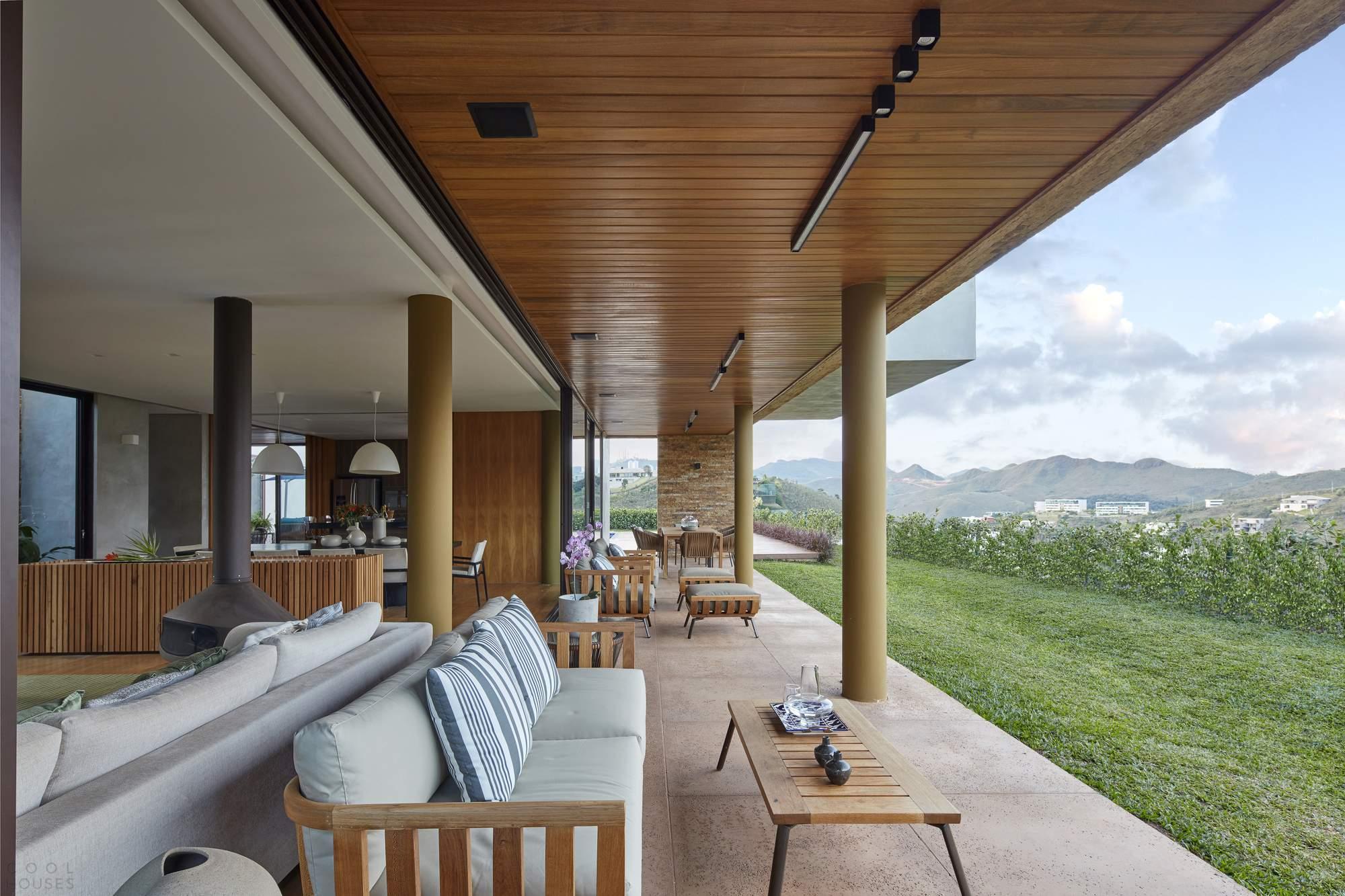 Дом с ярким современным интерьером в Бразилии