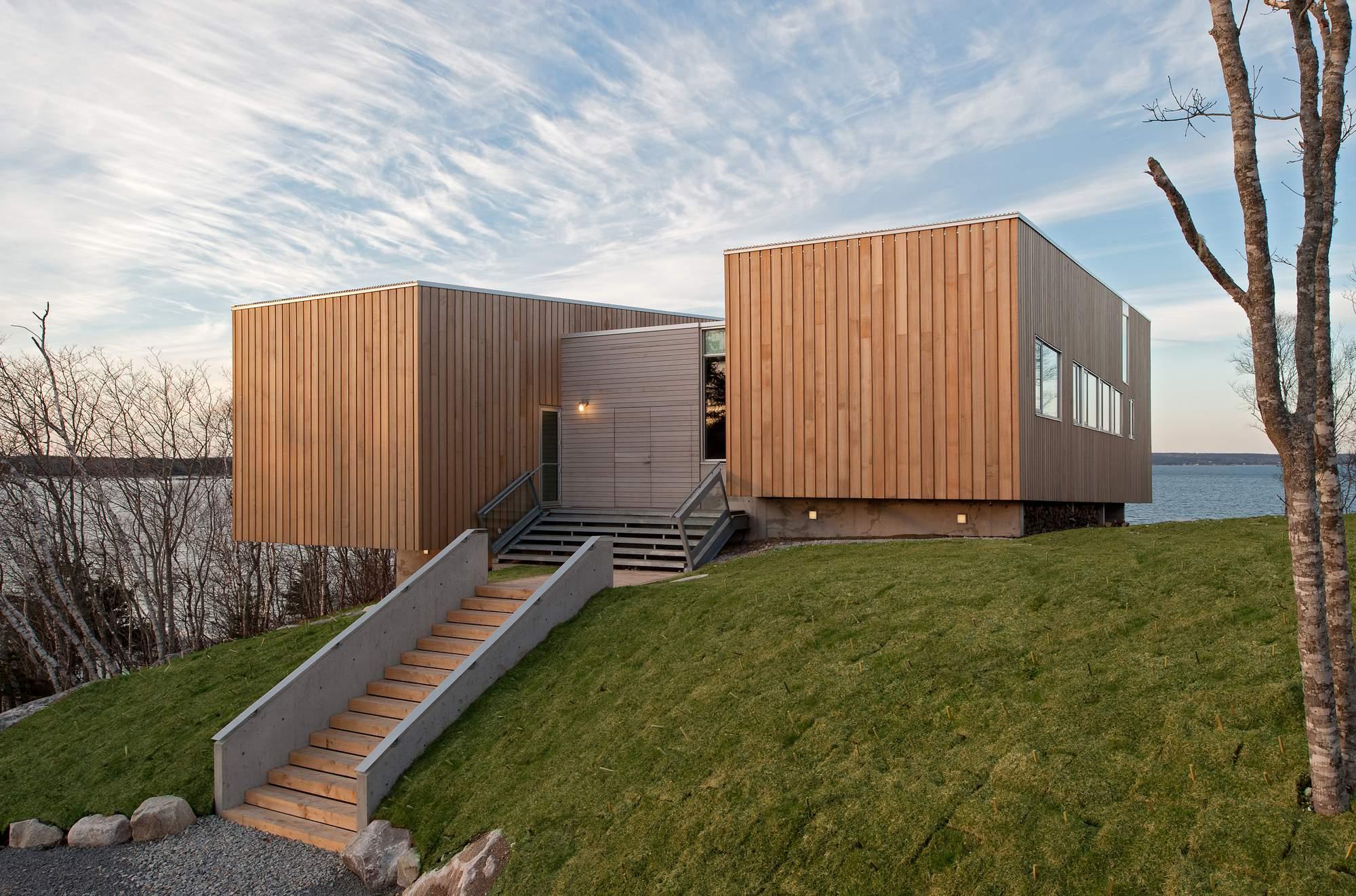 Консольный дом из двух корпусов с минималистичным дизайном, Канада