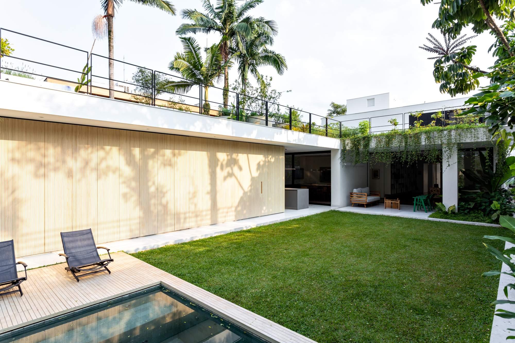 Современная резиденция с двухъярусным внутренним двориком, Бразилия
