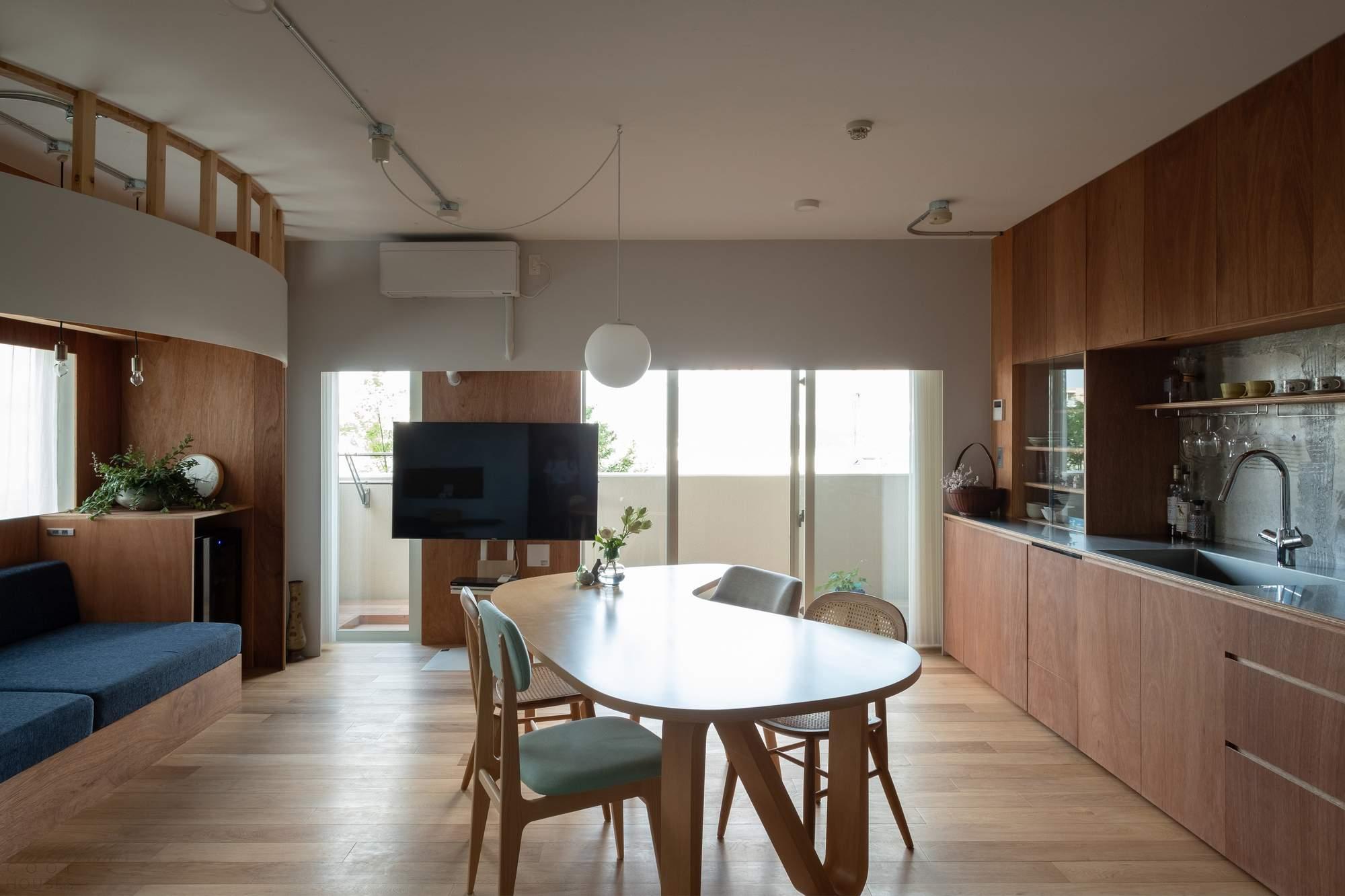 Стильная квартира с ребристыми изогнутыми пространствами, Япония