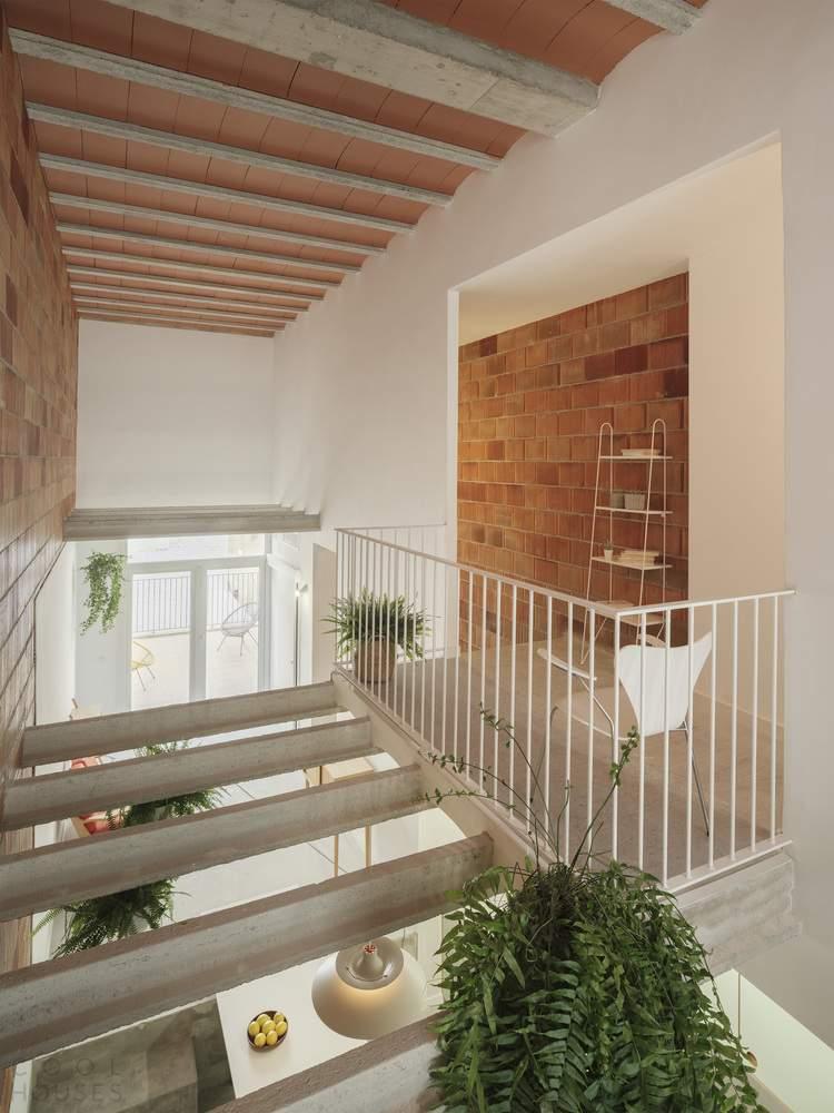 Узкий дом с гибким пространством, Испания