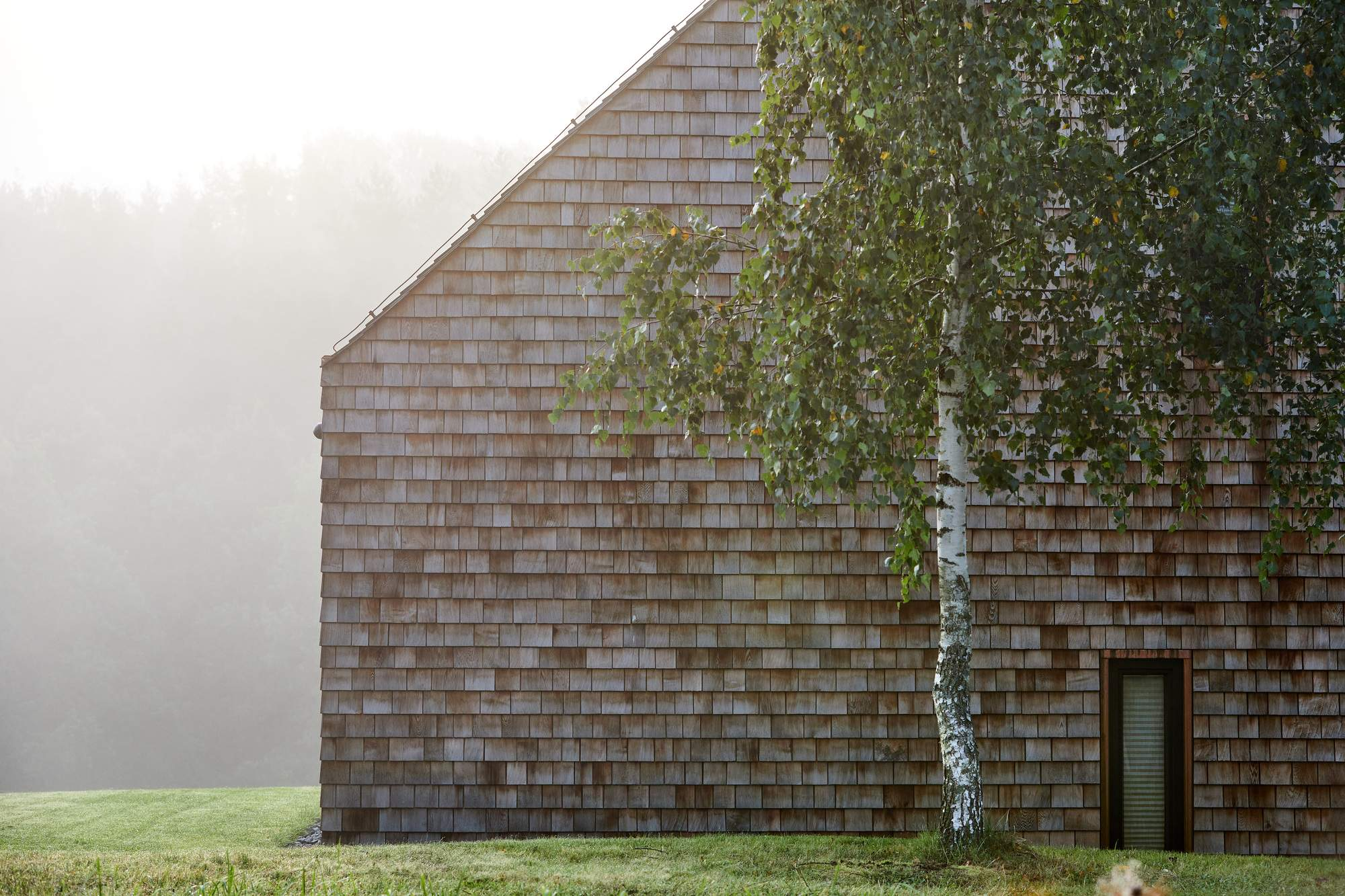 Загородный дом с амбаром в облицовке кедровой черепицей, Литва