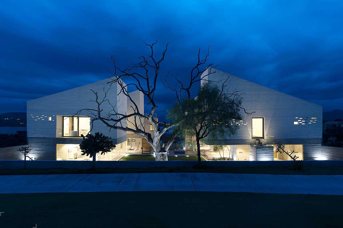 Два каменных дома, объединенных в один стильный архитектурный ансамбль