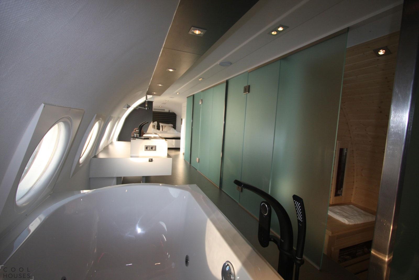 Необычный отель для двоих на борту самолета Ил-18