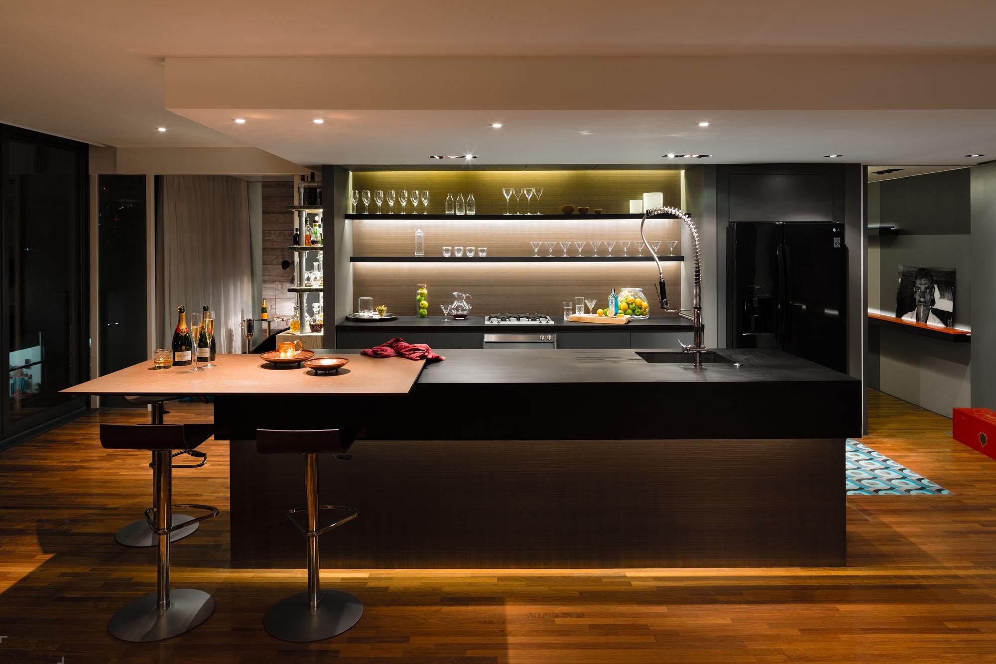 Уютный интерьер квартиры в темных тонах в Лондоне