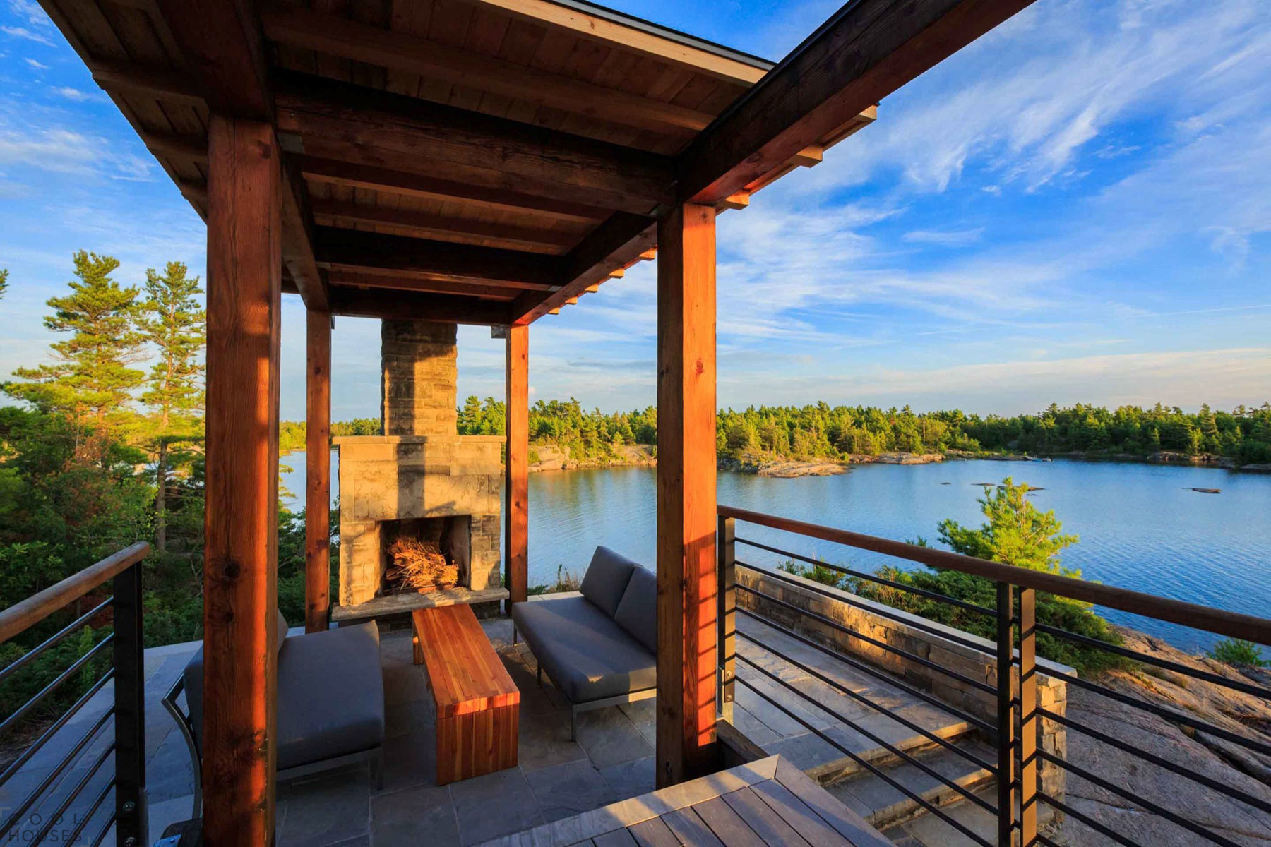 Эко-дом на скалистом берегу озера в Онтарио, Канада
