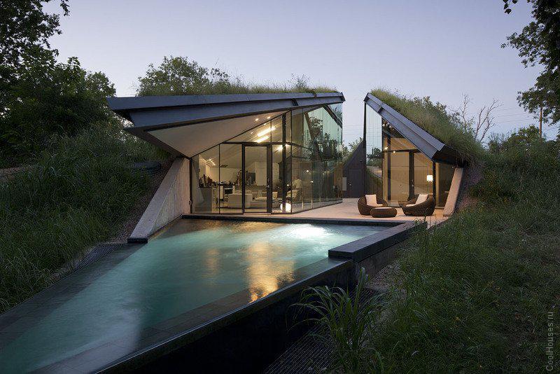 Необычный загородный дом на берегу реки