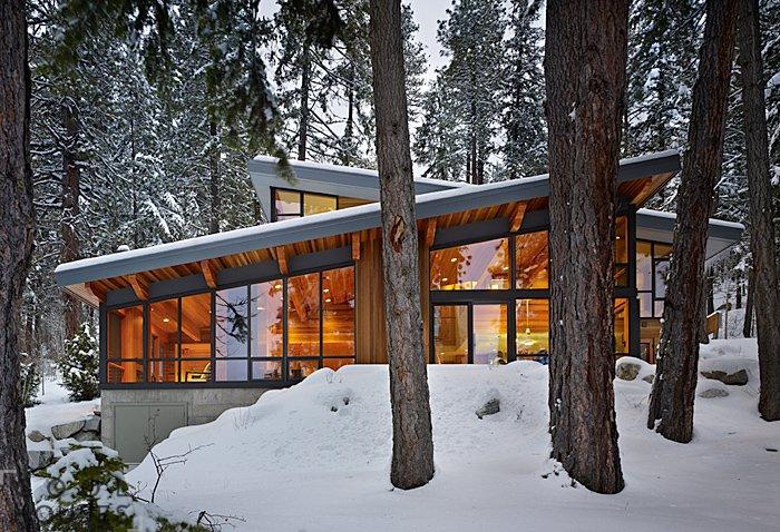 Уютный дом в зимнем лесу