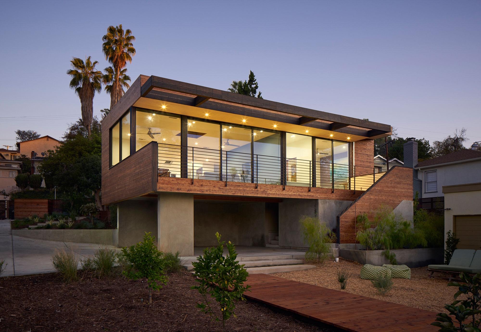 Двухэтажный загородный дом, построенный в 2014 году в Лос-Анджелесе
