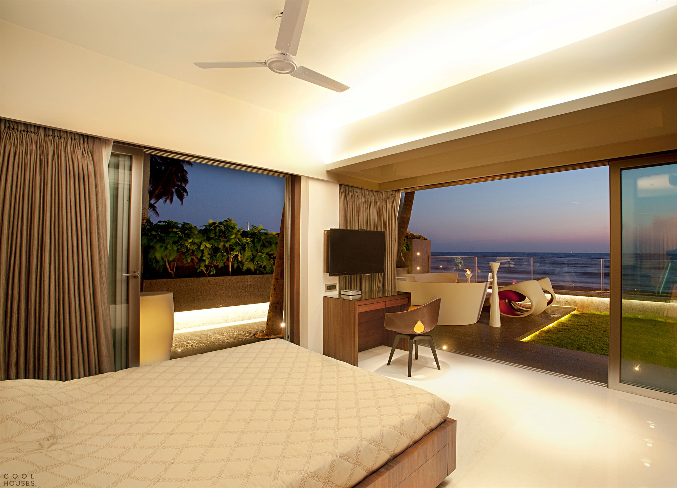 Просторная квартира на пляже в Мумбаи от студии ZZ Architects