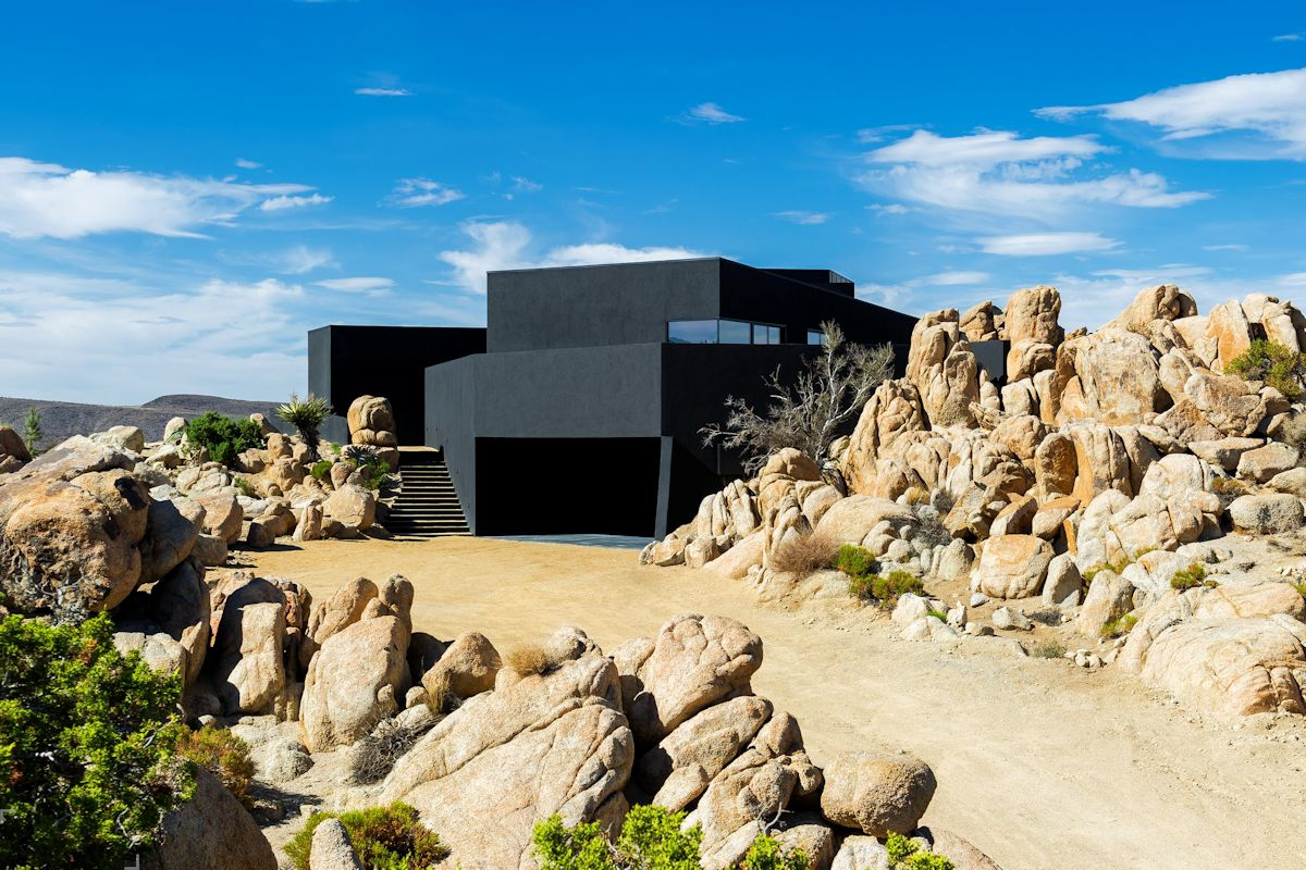 Стильный черный дом в пустыне Калифорнии