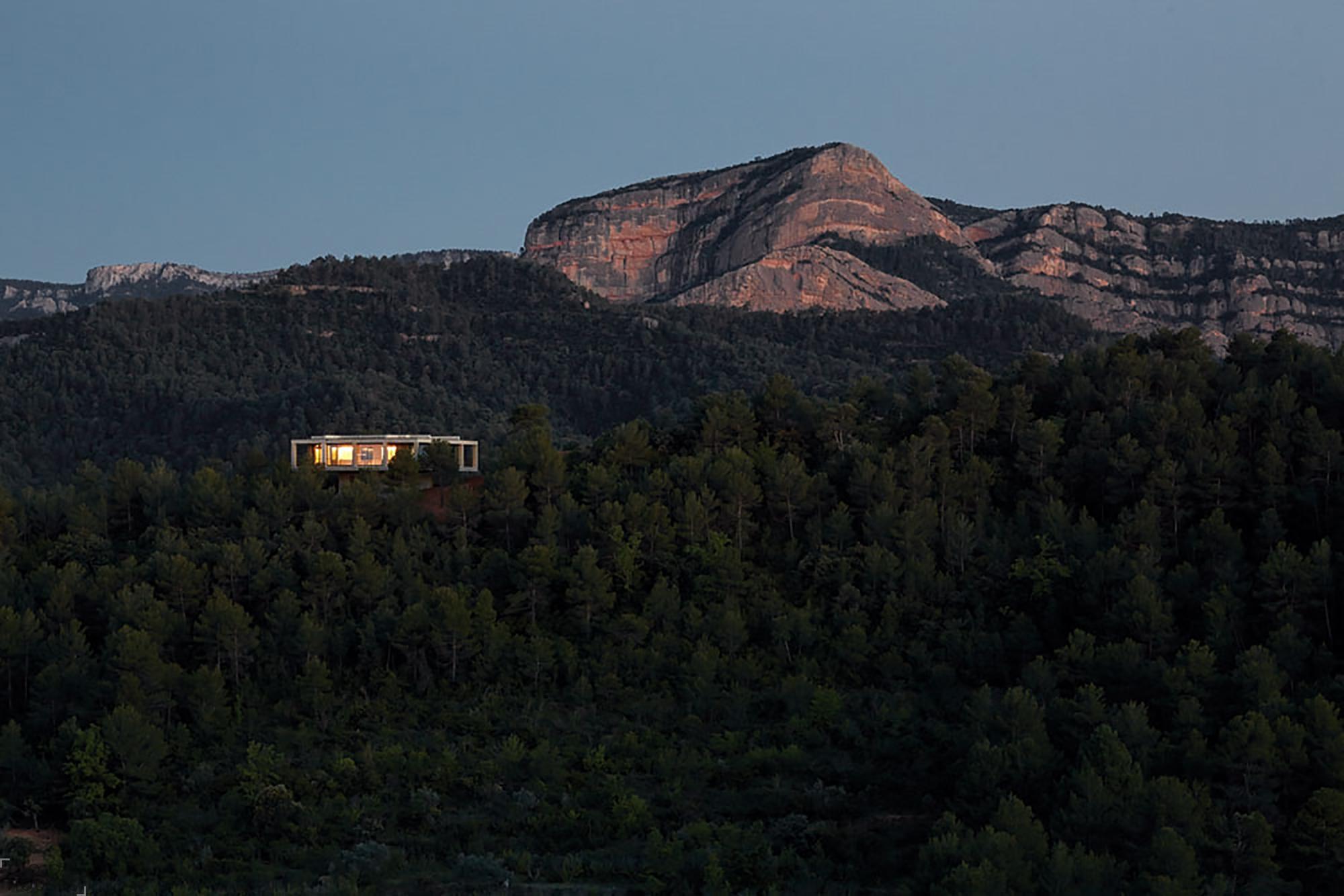 Одинокий дом среди холмов в Испании