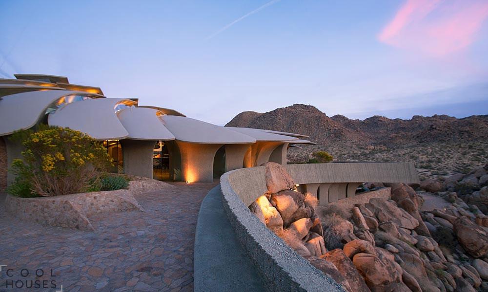 Оригинальный футуристический дом в пустыне национального парка