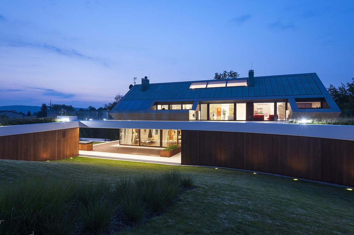 Дом, интегрированный в сложный рельеф, в Кракове, Польша