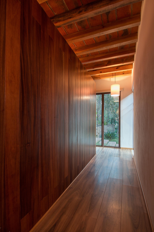 Двухэтажный дом в окружении живописного леса La Primavera, Мексика