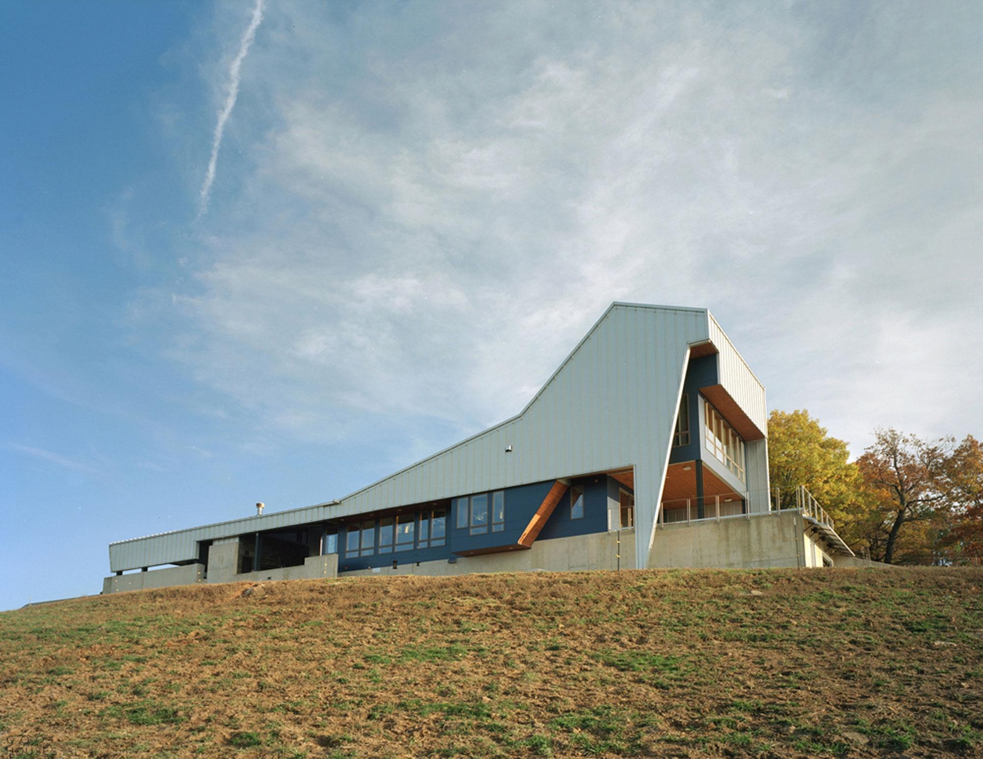 Большой светлый дом на склоне холма, США
