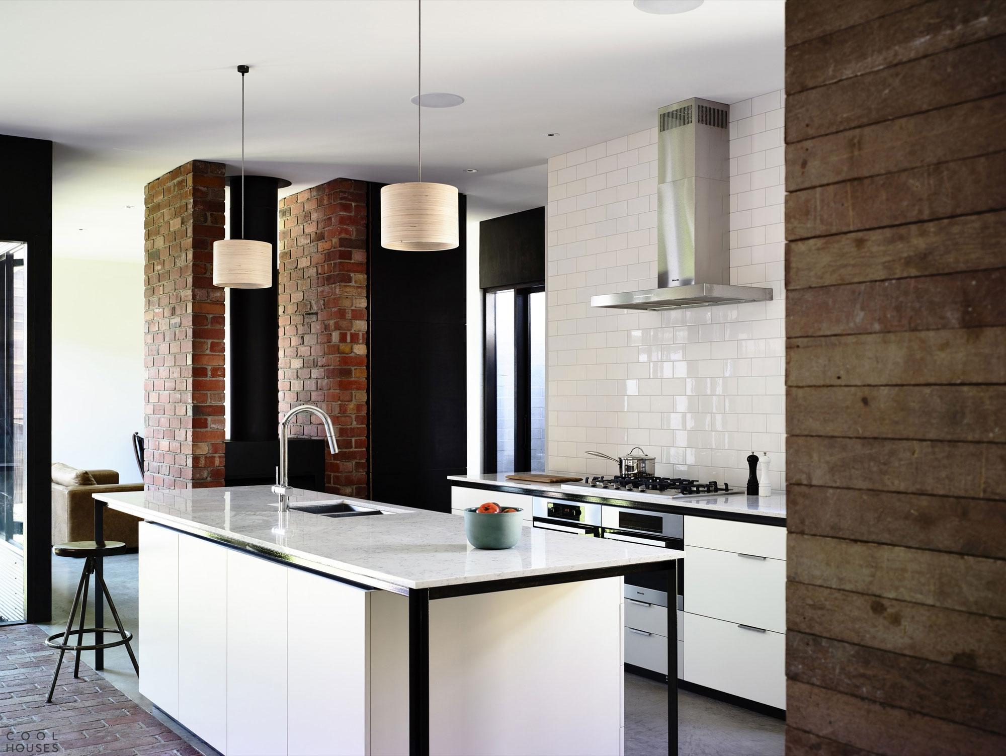 Частный дом в стиле лофт - реставрация старого здания от студии Wolveridge Architects