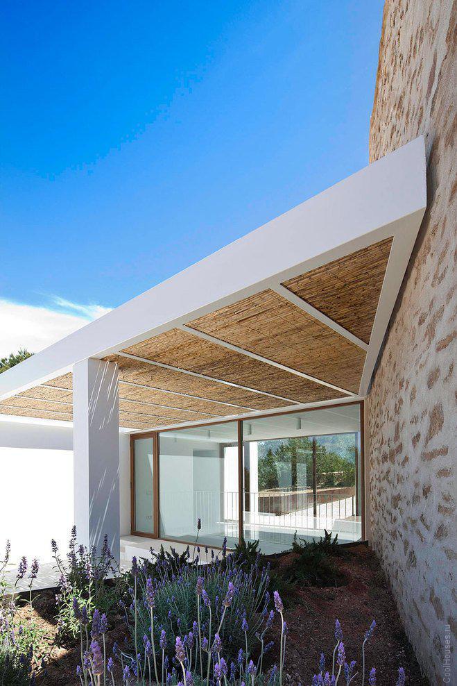 Белоснежный каменный дом