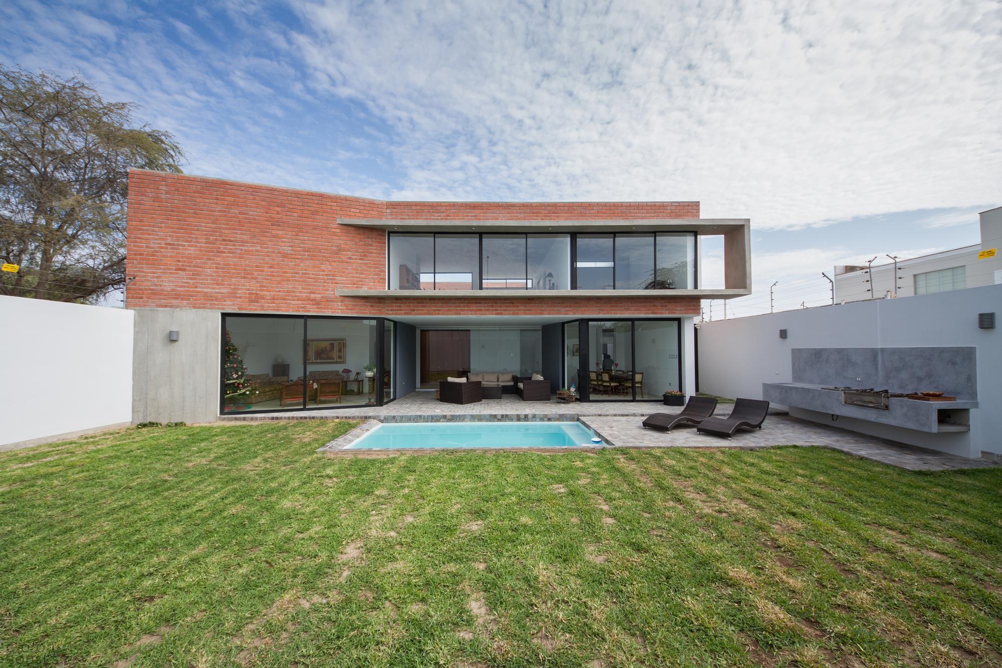 Красивый кирпичный дом от Rodrigo Arquitectos