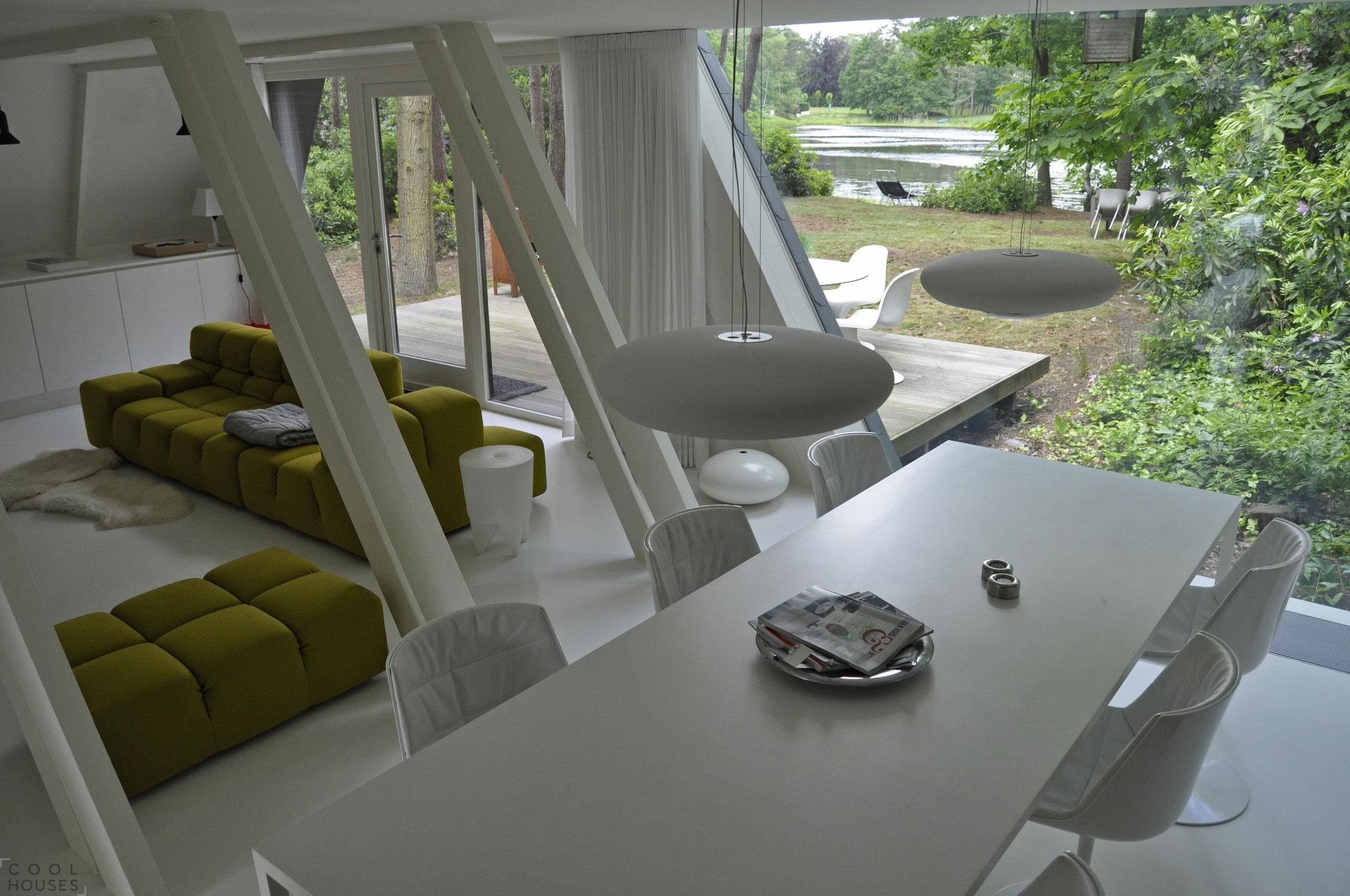 Маленький треугольный домик для отдыха от студии dmvA