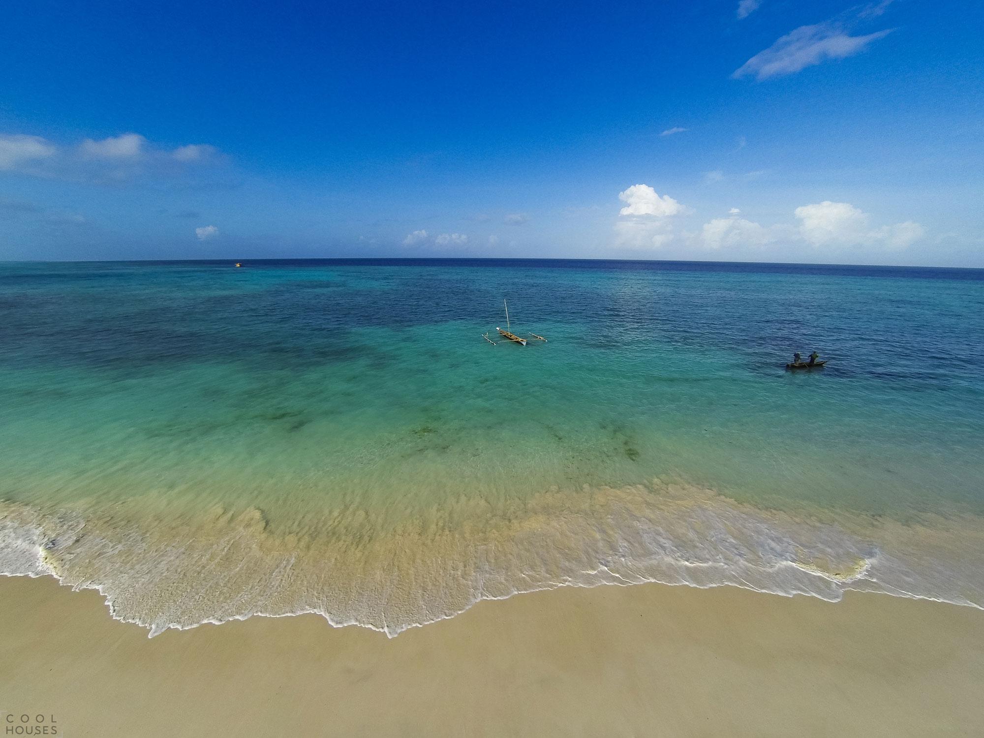 Оригинальный подводный номер отеля Manta Resort