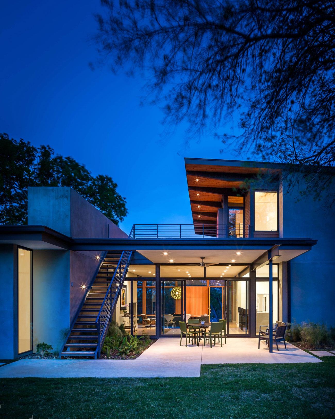 Современный двухэтажный дом от студии A Parallel Architecture