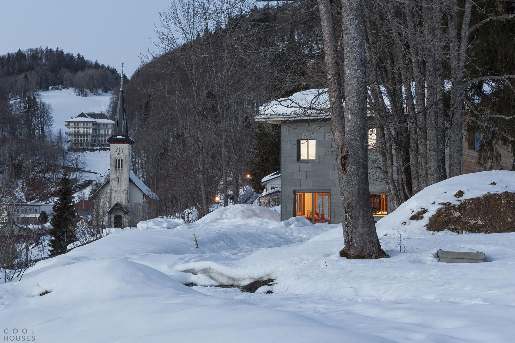 Деревянный коттедж на северо-западе Швейцарии с видом на горнолыжные склоны и романтическое озеро Лак-де-Жу