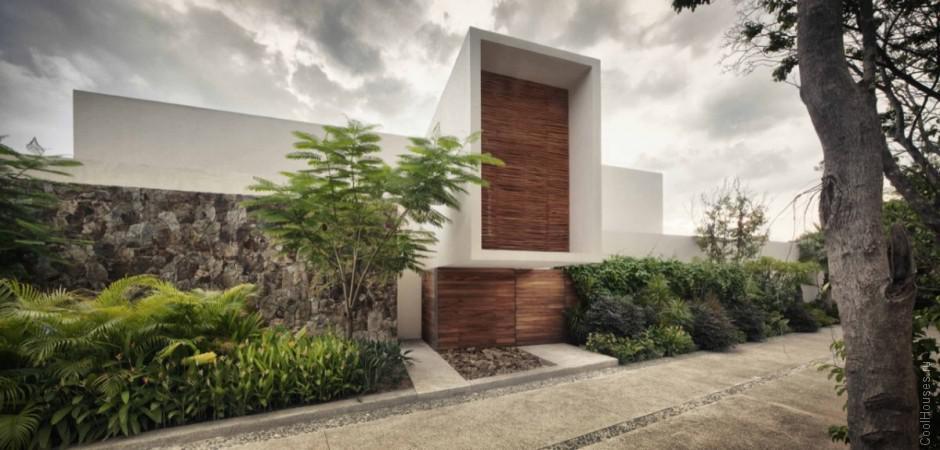 Большой дом на обрыве в Мексике