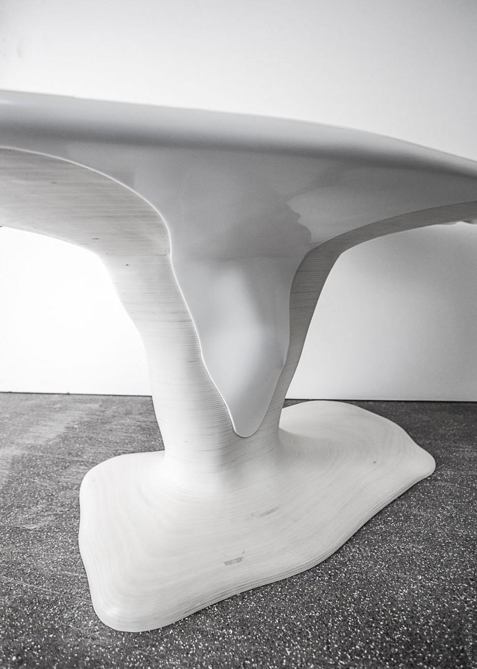Оригинальный стол в снегу