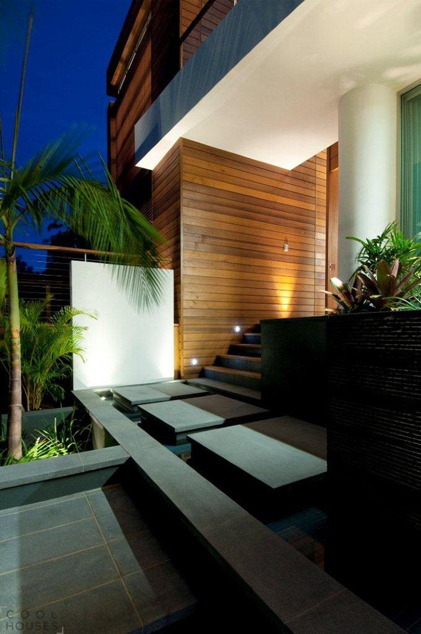 Двухэтажный дом с большим балконом