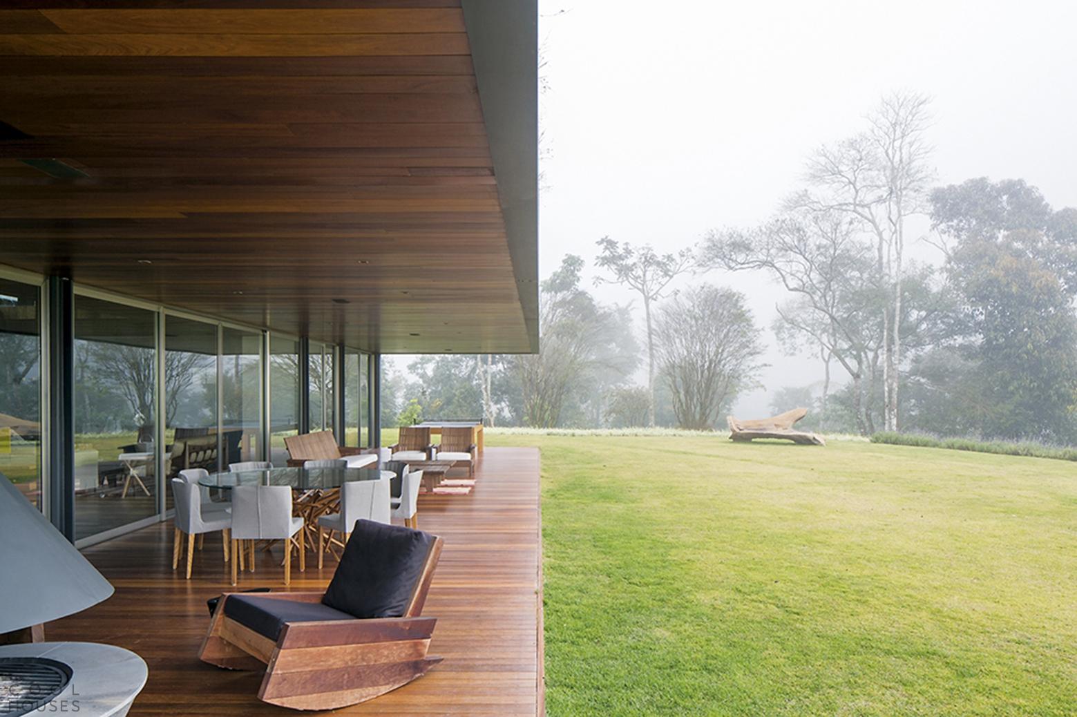 Оригинальный дом на холме в Бразилии