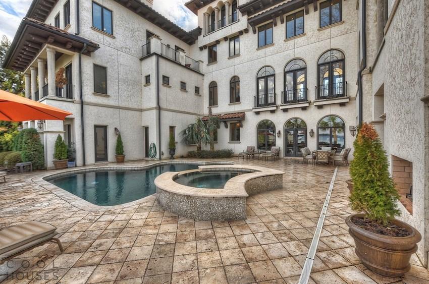 Потрясающий особняк с богатым интерьером