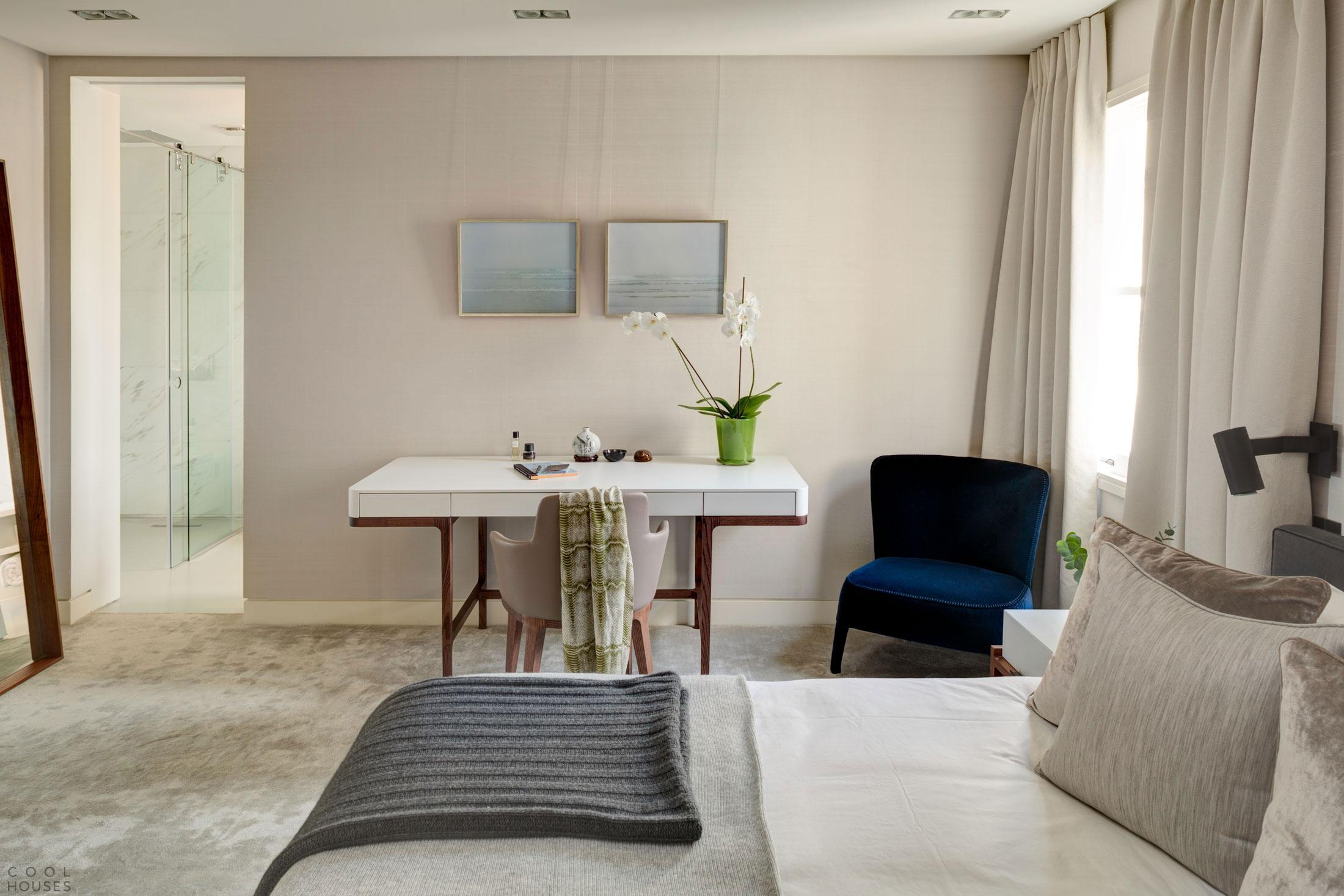 Современная уютная квартира в теплых тонах