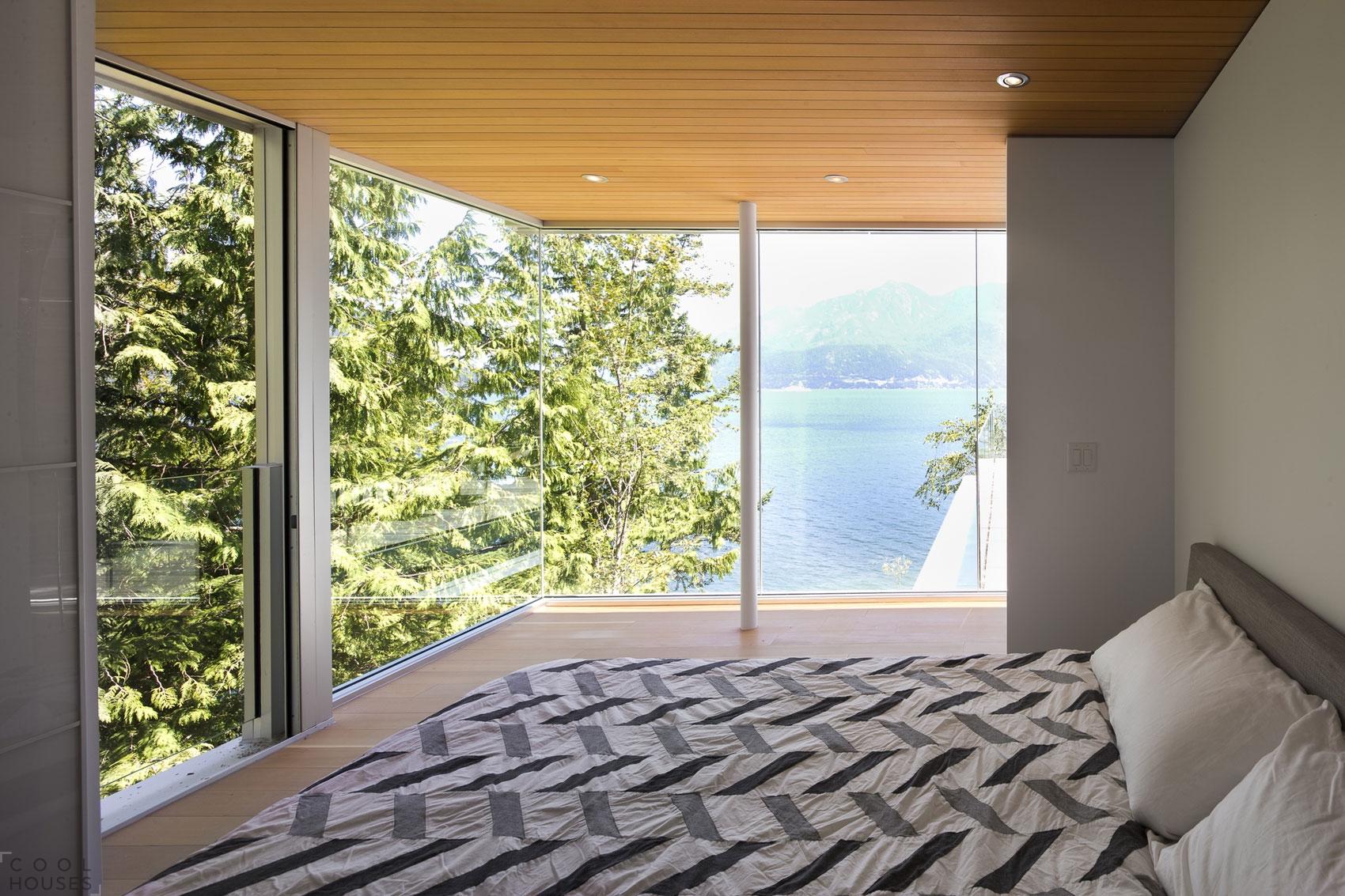 Уютный дом на берегу реки в Ванкувере